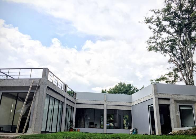 Casa La Vega: Casas de estilo moderno por Vertice Oficina de Arquitectura