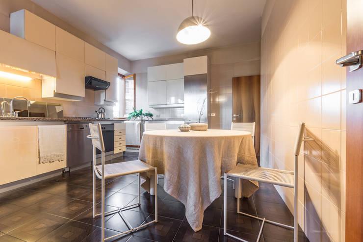 ALLESTIMENTO DI HOME STAGING IN UNA MERAVIGLIOSA VILLA ANNI OTTANTA: Cucina in stile  di Mirna.C Homestaging