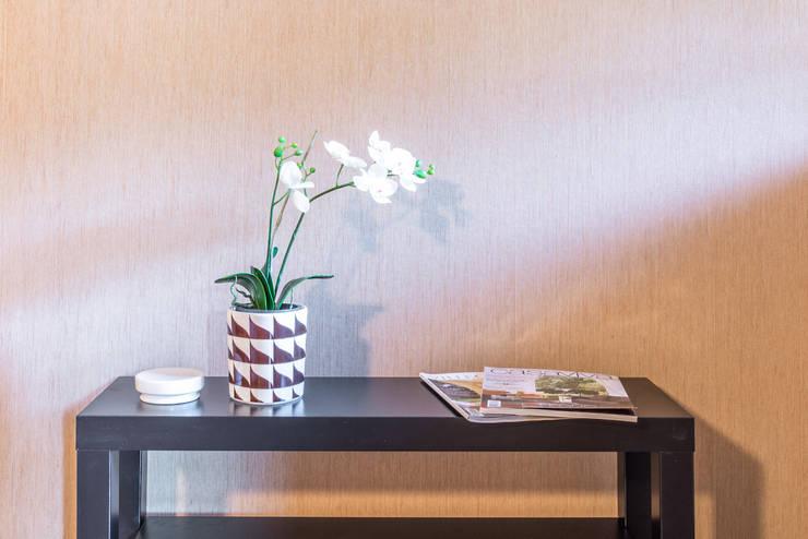ALLESTIMENTO DI HOME STAGING IN UNA MERAVIGLIOSA VILLA ANNI OTTANTA: Camera da letto in stile  di Mirna.C Homestaging