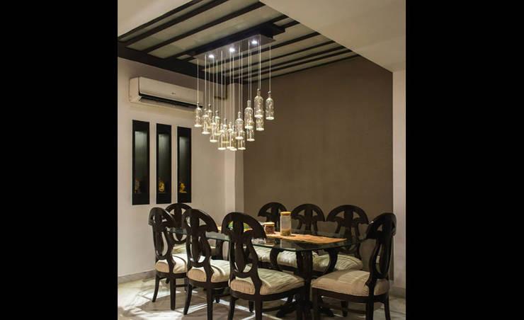 Singh Residence:  Dining room by StudioEzube