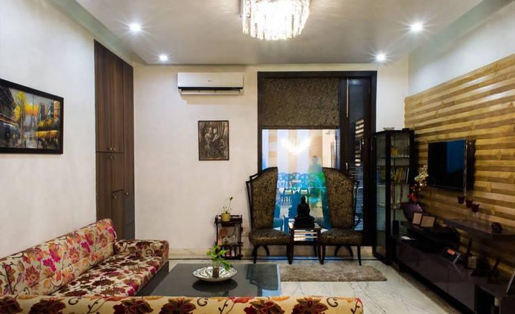 Singh Residence:  Corridor, hallway & stairs  by StudioEzube