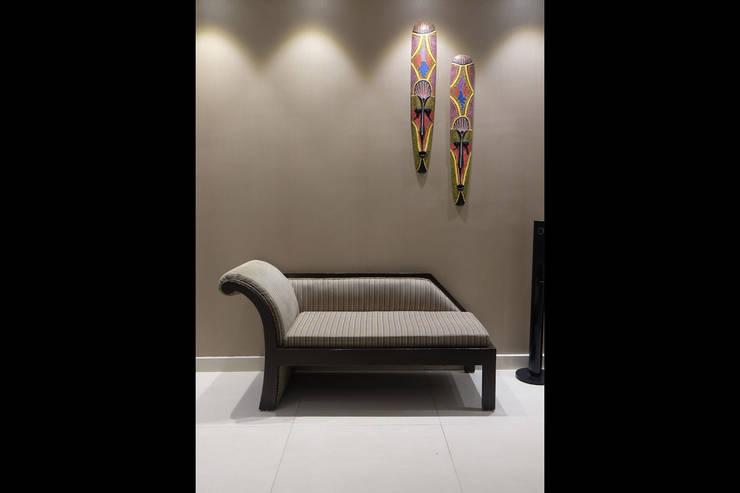 Chand Residence:  Corridor, hallway & stairs  by StudioEzube