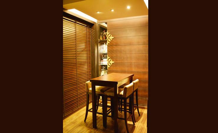 Mehra Residence:  Living room by StudioEzube