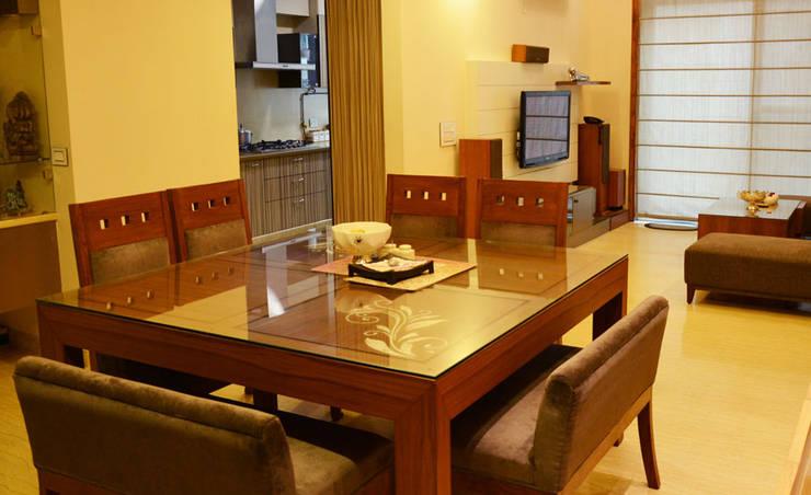 Mehra Residence:  Dining room by StudioEzube