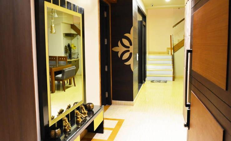 Mehra Residence:  Corridor, hallway & stairs  by StudioEzube