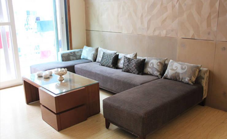 Mehra Residence:  Walls & flooring by StudioEzube