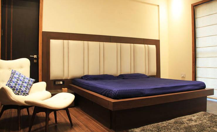 Mehra Residence:  Bedroom by StudioEzube