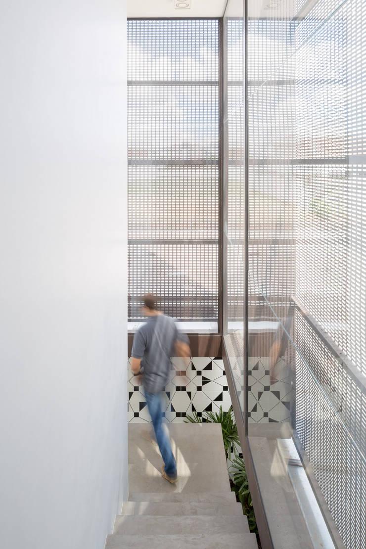 Corridor & hallway by Joana França, Modern