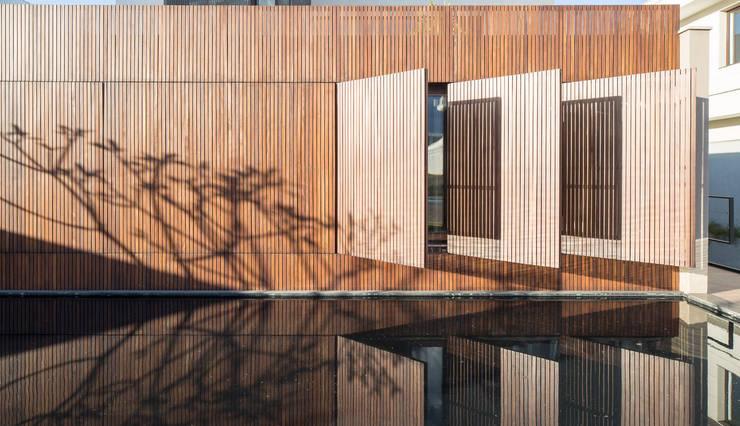 Casa LA - Esquadra Arquitetos + Yi arquitetos: Casas modernas por Joana França