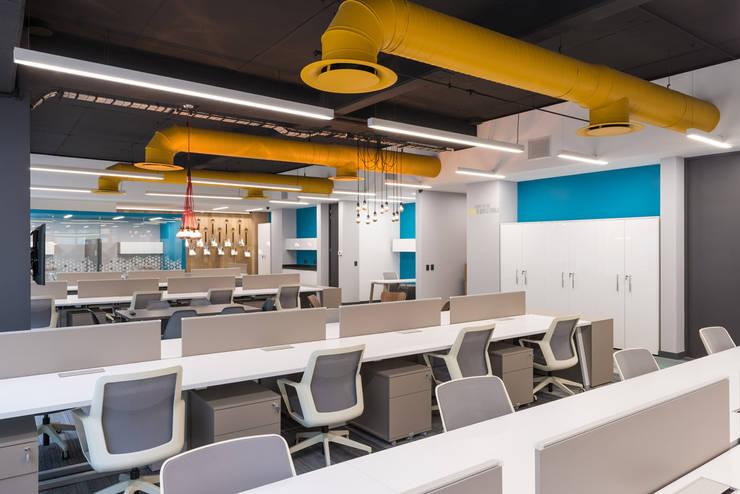 Corporativo R: Estudios y oficinas de estilo  por ARCO Arquitectura Contemporánea