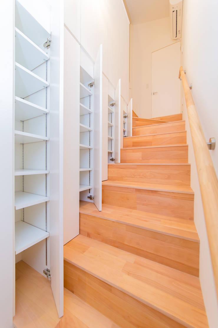 Modern Corridor, Hallway and Staircase by インデコード design office Modern