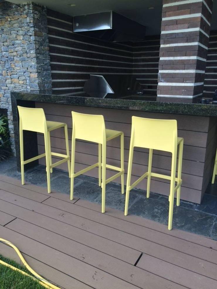 Terraza Lomas de San Román: Terrazas de estilo  por THE muebles