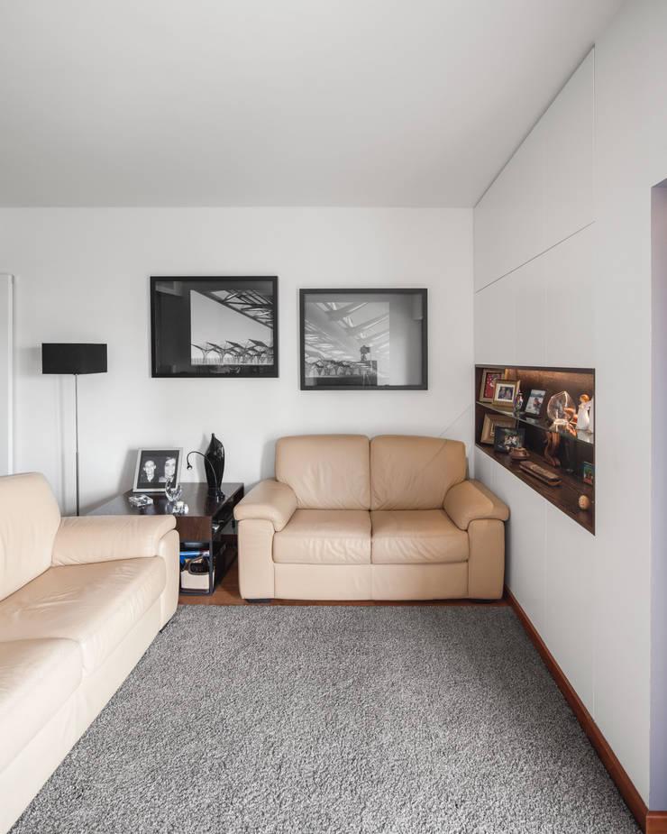 Apartamento Terraços da Ponte: Salas de estar  por Estúdio AMATAM