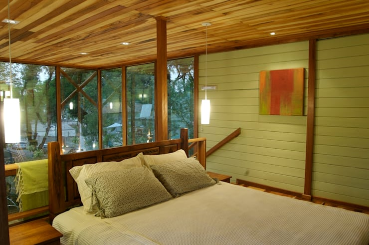 Tropical style bedroom by Juliana Lahóz Arquitetura Tropical Wood Wood effect