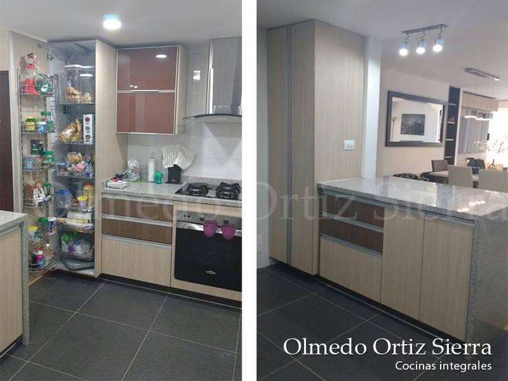 Cocina Integral Beige con Gris: Cocinas de estilo  por Cocinas Integrales Olmedo Ortiz Sierra, Moderno Aglomerado