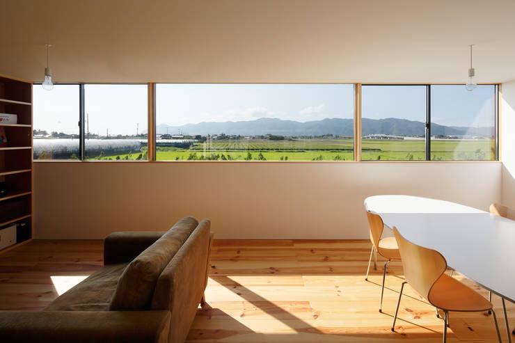 minimalistische Wohnzimmer von ハルナツアーキ