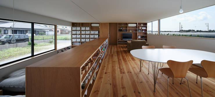 Ruang Keluarga oleh ハルナツアーキ, Minimalis