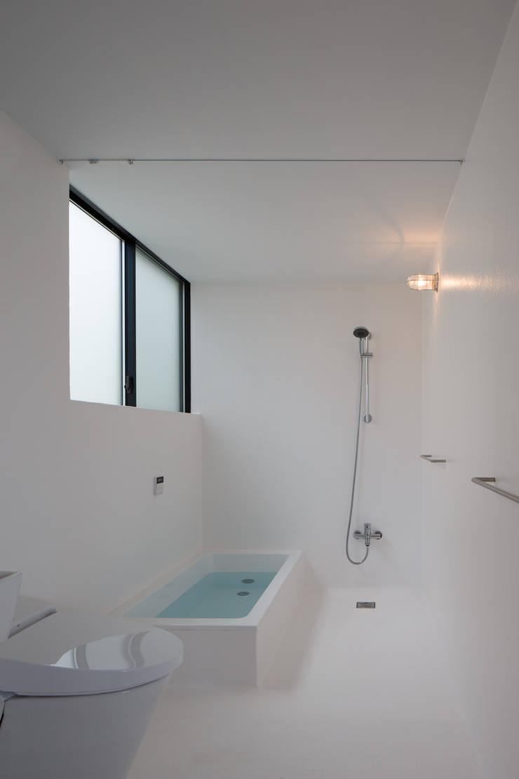 Minimalist style bathroom by ハルナツアーキ Minimalist