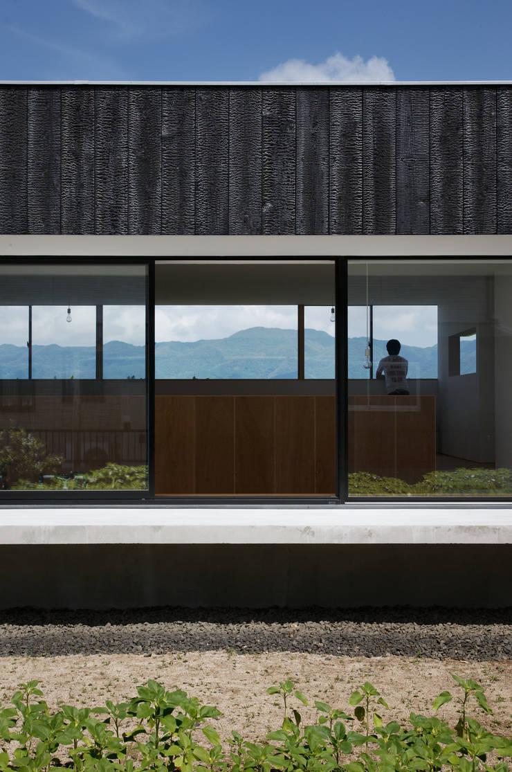 Minimalist house by ハルナツアーキ Minimalist Wood Wood effect