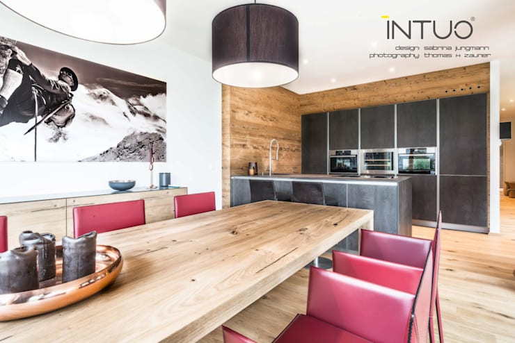 Austrian Alpine Lodge: eclectic Kitchen by Intuo