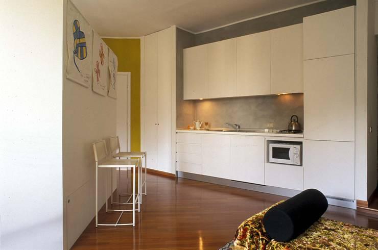Cozinhas  por ROBERTA DANISI ARCHITETTO, Moderno Madeira Acabamento em madeira