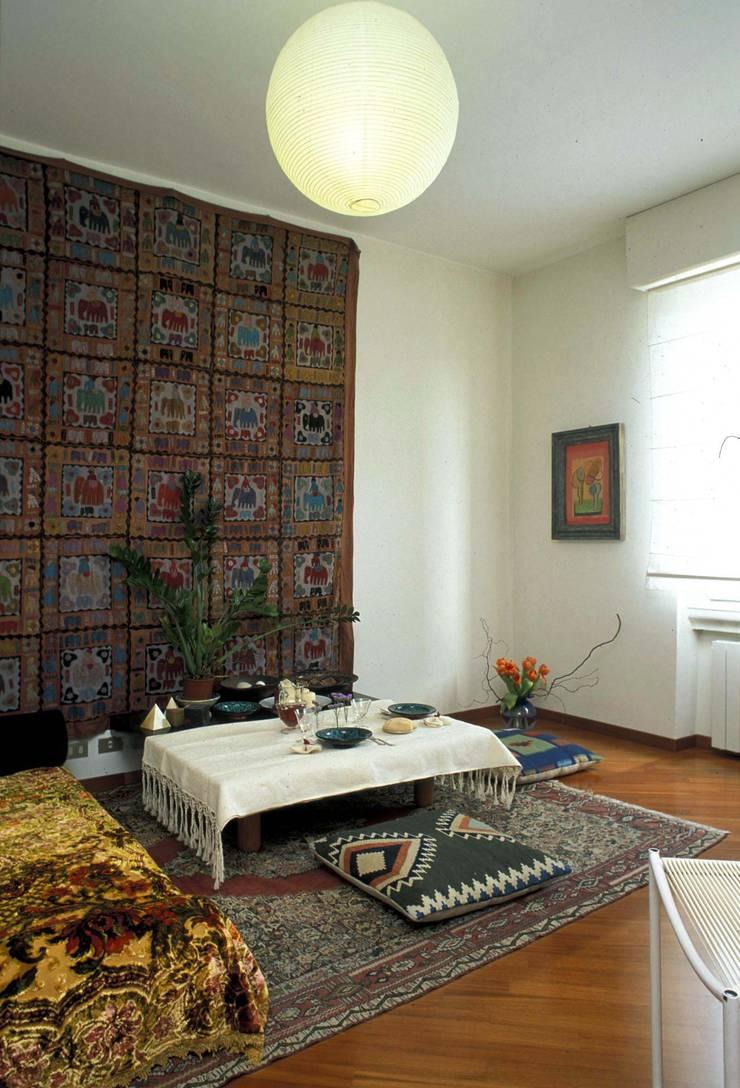 Salas de estar  por ROBERTA DANISI ARCHITETTO, Asiático