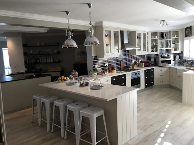 De Kelders Residence Hermanus Western Cape:  Kitchen by CS DESIGN