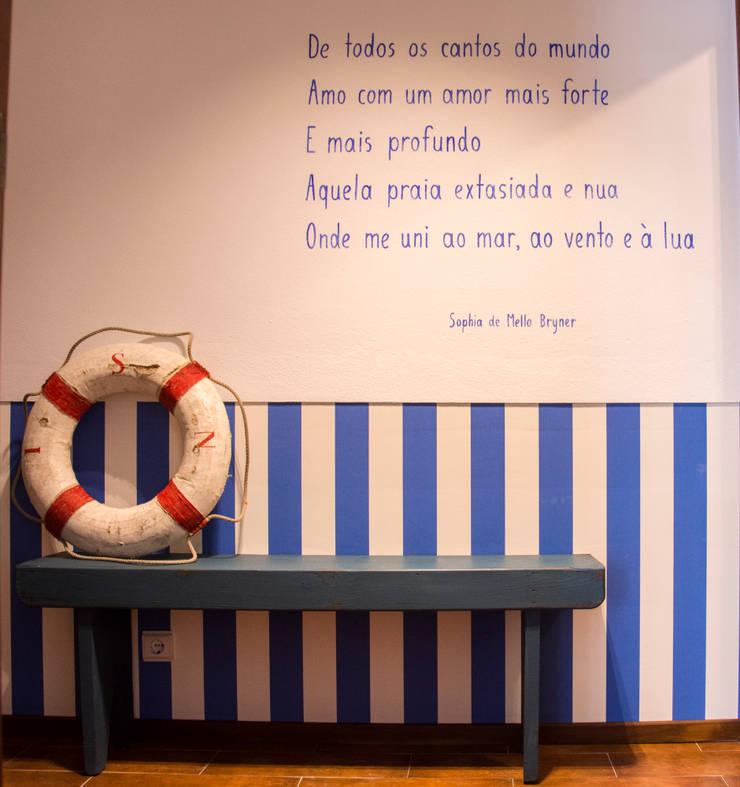 Uma casa turística rodeada de serra e mar: Corredores e halls de entrada  por alma portuguesa