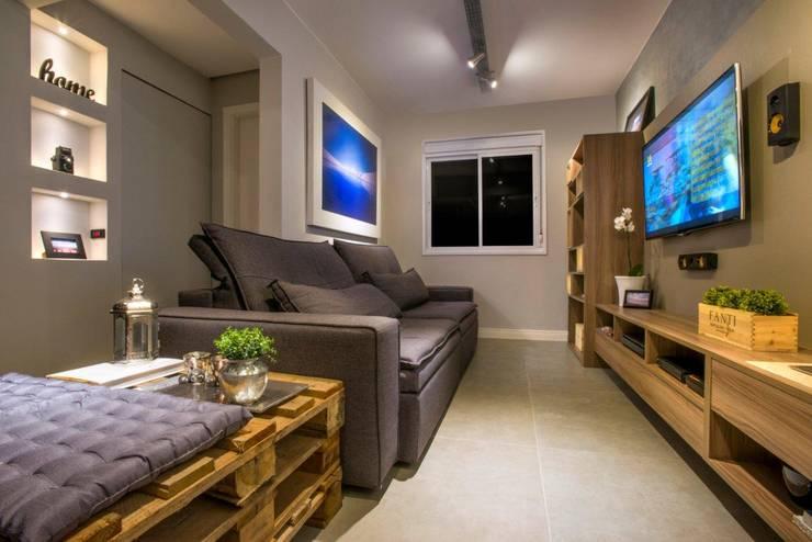 Sala de estar, tv e lareira: Salas de estar  por C. Arquitetura
