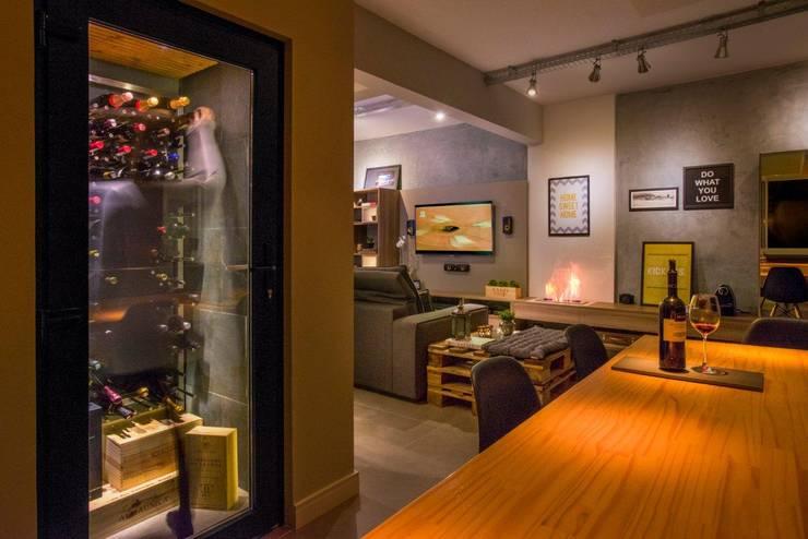 Sala de estar integrada e adega: Adegas  por C. Arquitetura