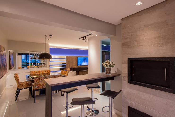 Churrasqueira integrada: Salas de jantar  por C. Arquitetura