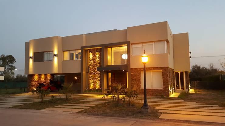 Frente: Casas de estilo  por Saleme Sanchez Arquitectos