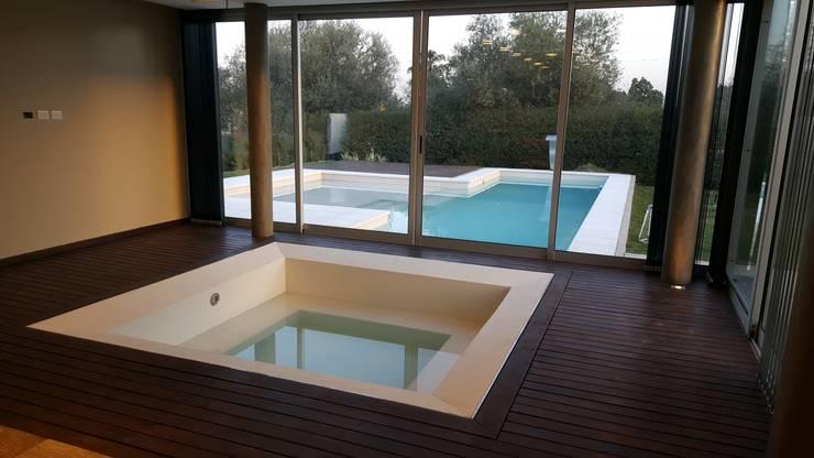 Hidromasaje interior: Spa de estilo  por Saleme Sanchez Arquitectos