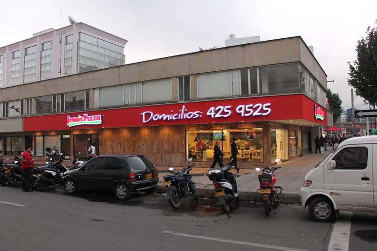 JENOS PIZZA / CHICÓ / CLL98 CRA 15 / BOGOTÁ D.C / NOVIEMBRE 2012: Locales gastronómicos de estilo  por Kraft Atomo Arquitectura / Urbanismo / Paisajismo