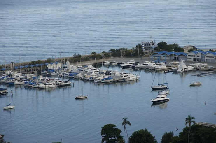 Vista de la marina y el Mar Caribe Balcones y terrazas minimalistas de OMAR SEIJAS, ARQUITECTO Minimalista