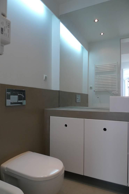 I.S Suites ARH: Casas de banho  por QFProjectbuilding, Unipessoal Lda