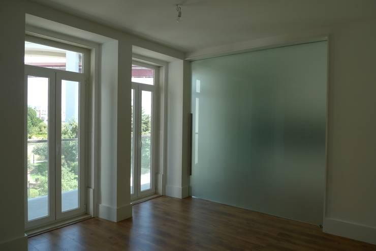 Salas / Cozinha ARH: Salas de estar minimalistas por QFProjectbuilding, Unipessoal Lda