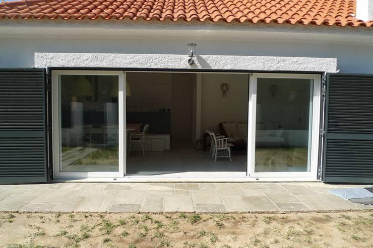 House – Carrasqueira, Sesimbra: Janelas   por QFProjectbuilding, Unipessoal Lda