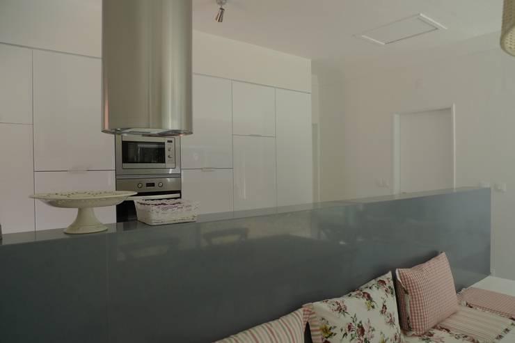 House – Carrasqueira, Sesimbra: Cozinhas  por QFProjectbuilding, Unipessoal Lda