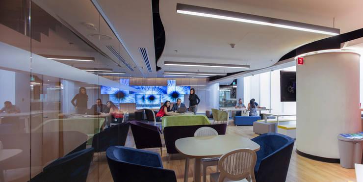 GroupM - Serrano Monjaraz Arquitectos: Estudios y oficinas de estilo  por Serrano Monjaraz Arquitectos