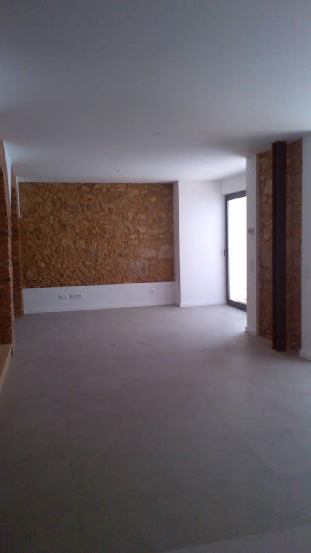 Apartment refurbishment – Estefânea, Lisbon 2016: Salas de estar  por QFProjectbuilding, Unipessoal Lda