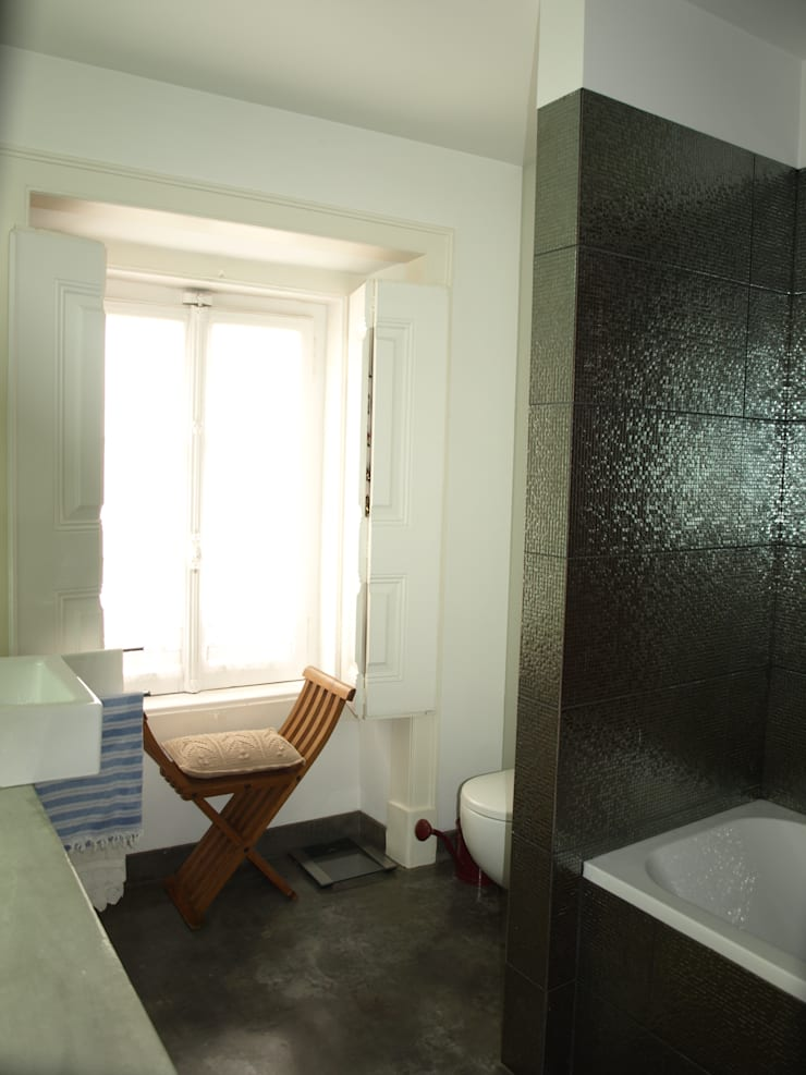 Gloria House, S. José Lisbon 2010: Casas de banho  por QFProjectbuilding, Unipessoal Lda