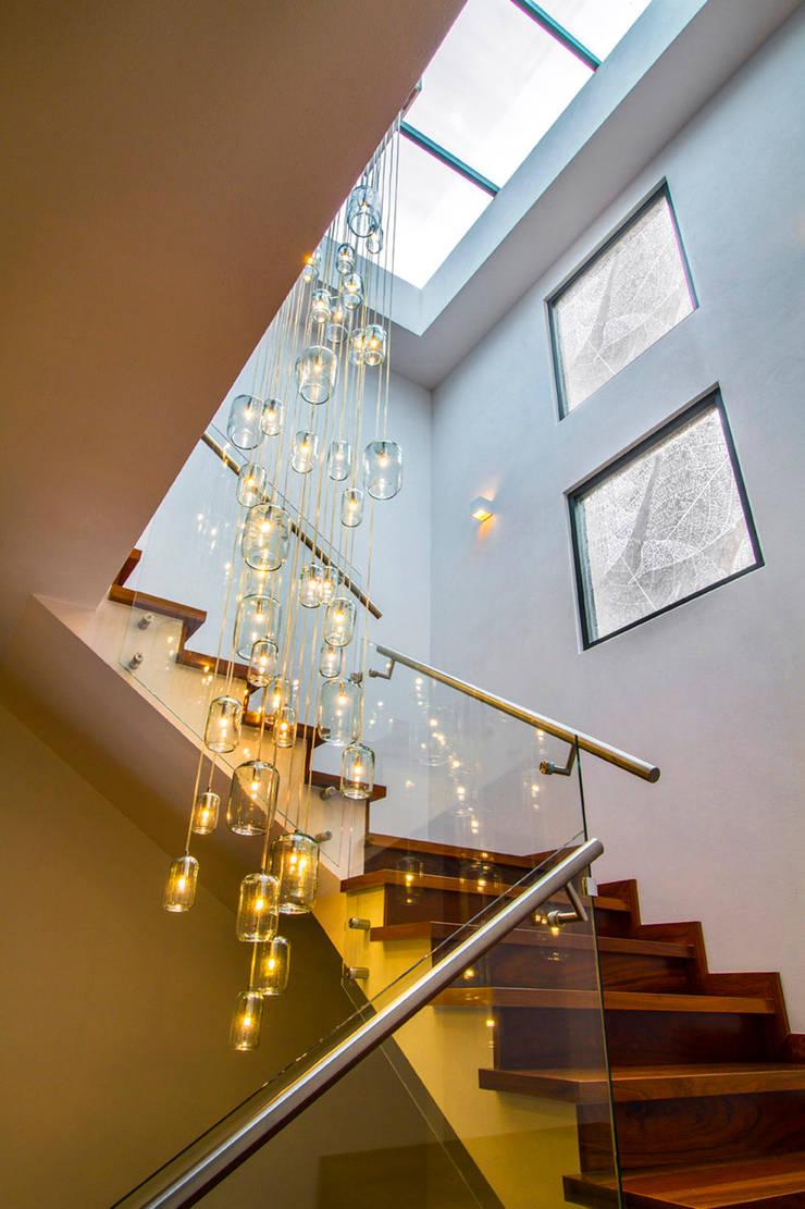 Casa Gonmar : Pasillos y recibidores de estilo  por DIN Interiorismo