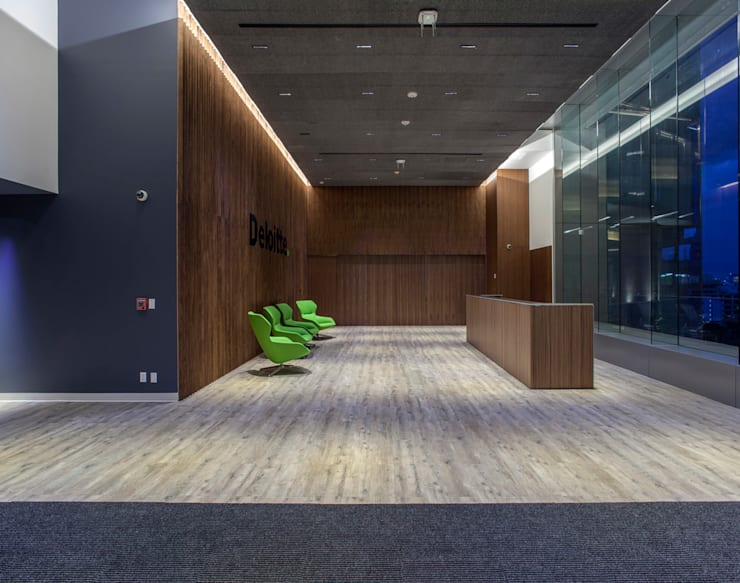 Deloitte Centro de Excelencia - Serrano Monjaraz Arquitectos: Estudios y oficinas de estilo  por Serrano Monjaraz Arquitectos