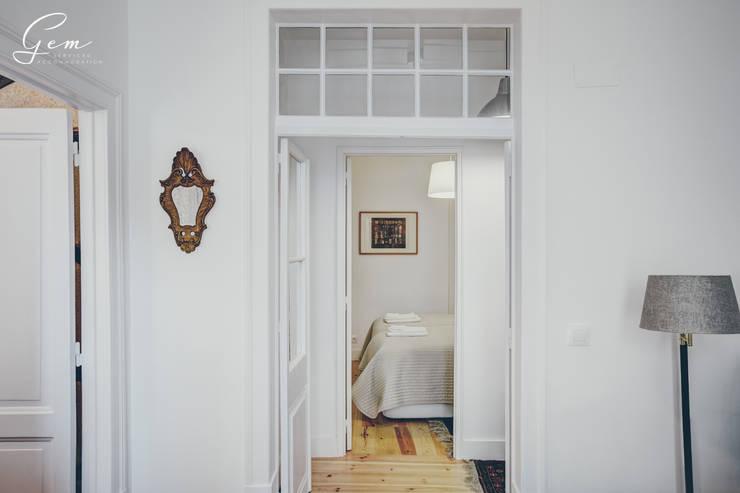 Casa Pombalina: <q>de velho a novo</q>.: Corredores e halls de entrada  por Obrasdecor