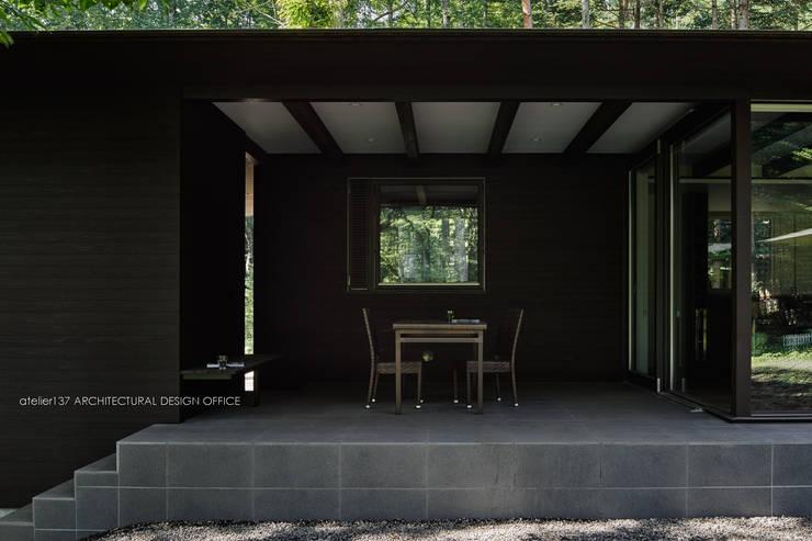テラス~041軽井沢Mさんの家: atelier137 ARCHITECTURAL DESIGN OFFICEが手掛けたテラス・ベランダです。,クラシック セラミック