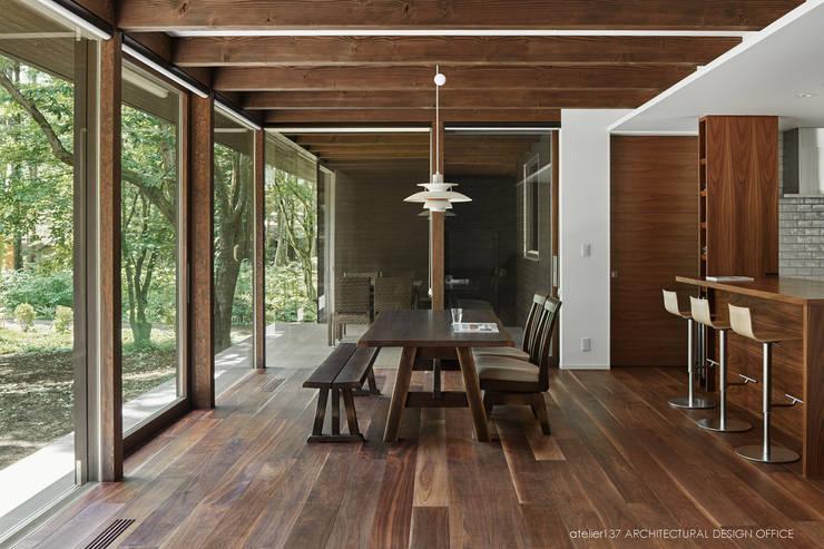 ダイニング~041軽井沢Mさんの家: atelier137 ARCHITECTURAL DESIGN OFFICEが手掛けたダイニングです。,クラシック 木 木目調