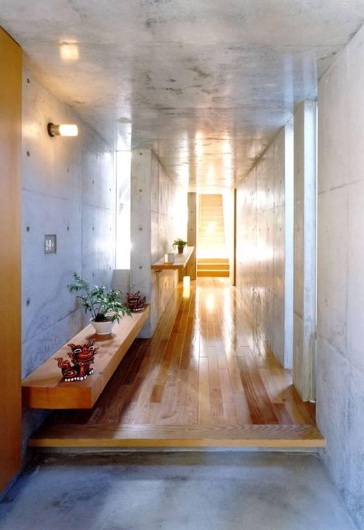 七郷の家: FrameWork設計事務所が手掛けた廊下 & 玄関です。