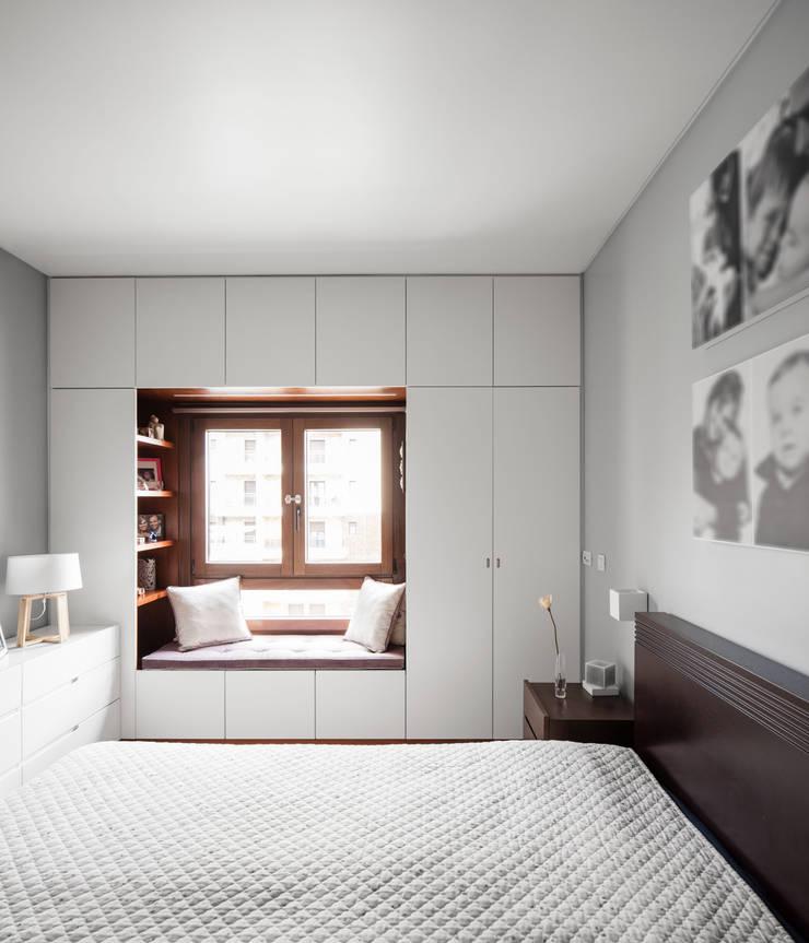 Apartamento Terraços da Ponte: Quartos  por Estúdio AMATAM