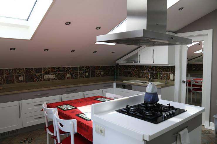 İndeko İç Mimari ve Tasarım – Bebek Çatı Katı:  tarz Mutfak